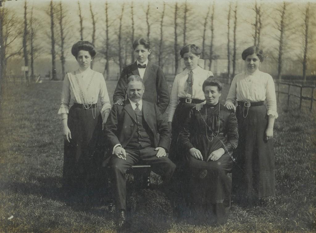 De familie A. J. Jansen met één zoon, de onderwijzer Chr. Jansen en drie dochters.