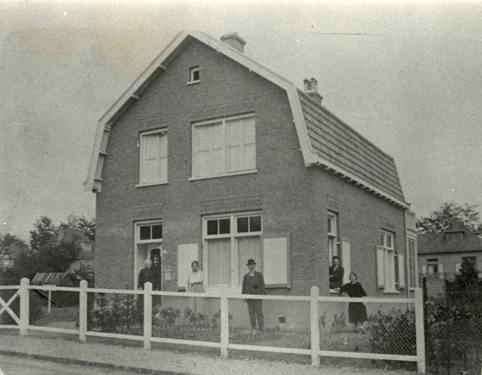 Een foto uit 1926 van het huis op Molenweg 34. In die tijd het woonhuis van de huisschilder C. Meijer.