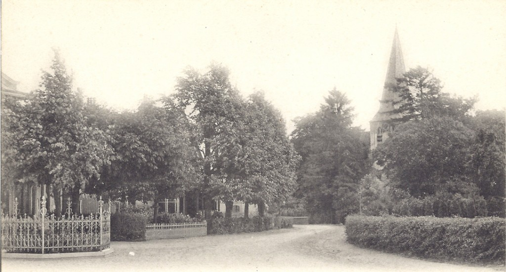 De bocht in de Benedendorpsweg nabij de Oude Kerk met links de Wilhelminalinde.
