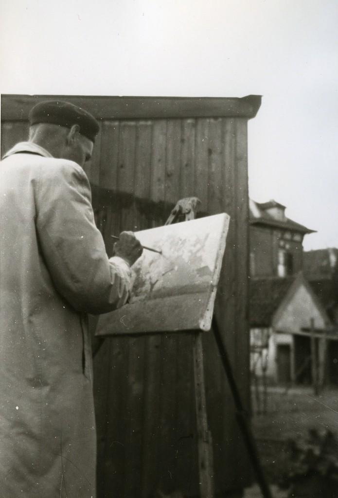 De Oosterbeekse schilder Herman Romijn aan het werk in de tuin van Paasberg 17, huis van de timmerman Joh. van Delden (1935)