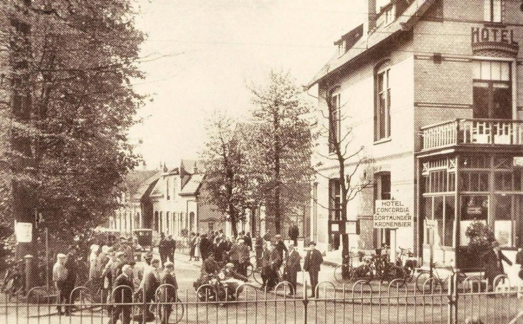 Hotel-café Concordia op de westhoek van de Prins Hendrikstraat met de Utrechtseweg. Hier traden in 1907 Jean Louis Pisuisse en Max Blokzijl op.
