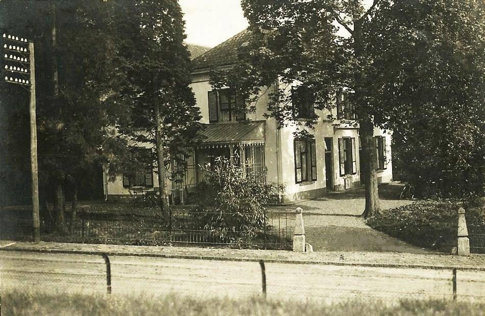 """Het huis """"Kastanjehof"""", nummer 196-198, werd gebouwd in 1850."""