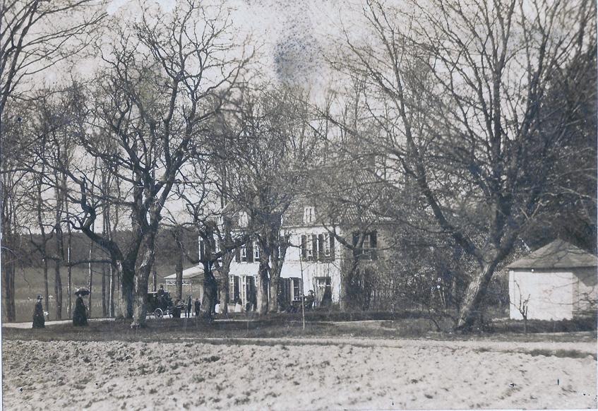 """De achterzijde van hotel """"Dreijeroord"""" in 1890. Evert Rothuizen was hier in 1883 het hotel begonnen. De koets zal van de aan de Stationsweg liggen stalhouderij Aalbers zijn geweest die veel gasten voor het hotel vervoerde."""