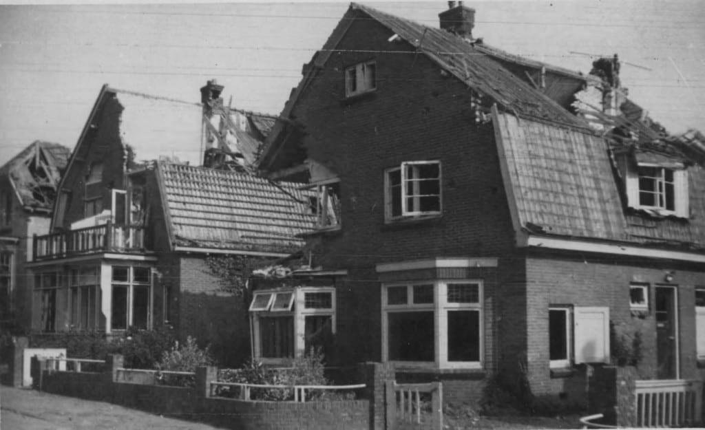 De in 1944 zwaar beschadigde panden op Molenweg 24, 26 en 28.