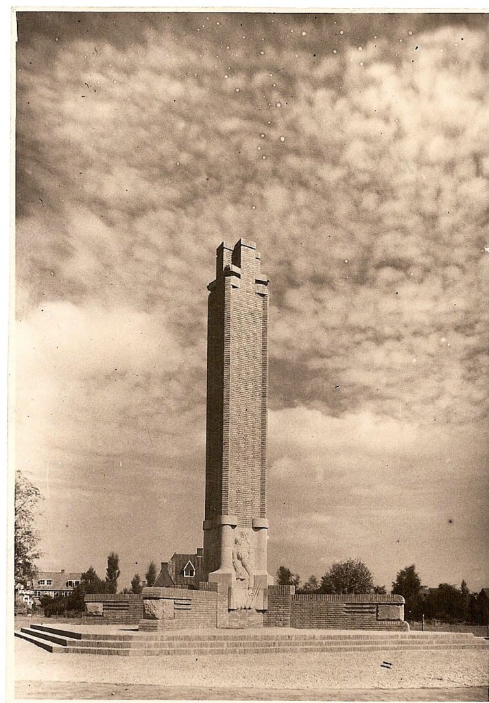 Het monument zonder de hooggeplaatste beeldengroep die het monument bekroond.