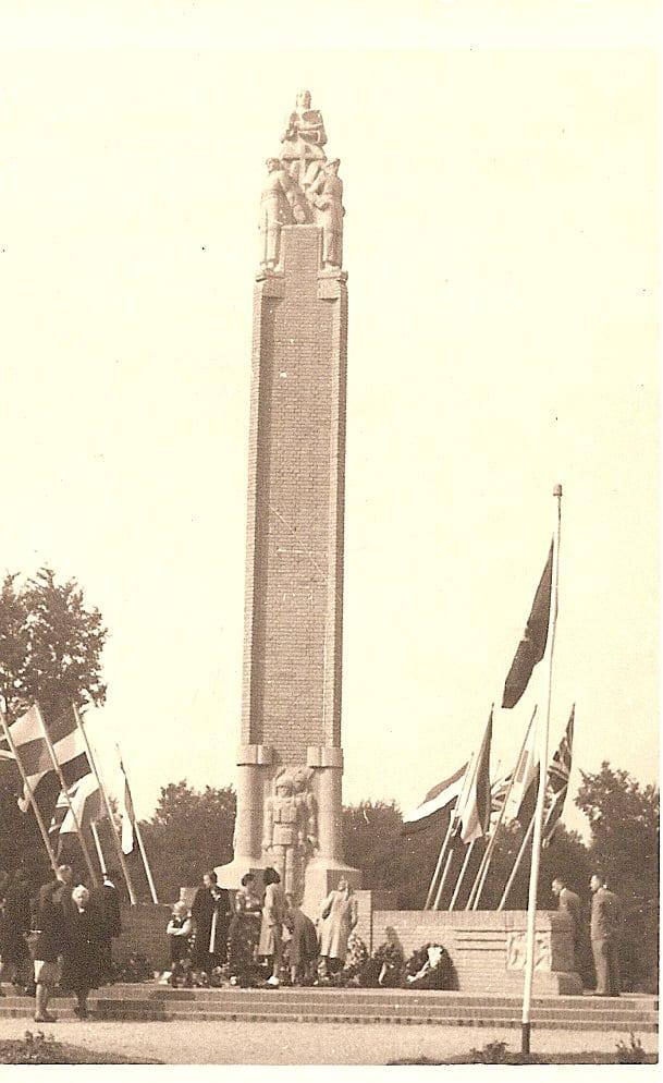 De naald met de beeldengroep bovenop het monument.