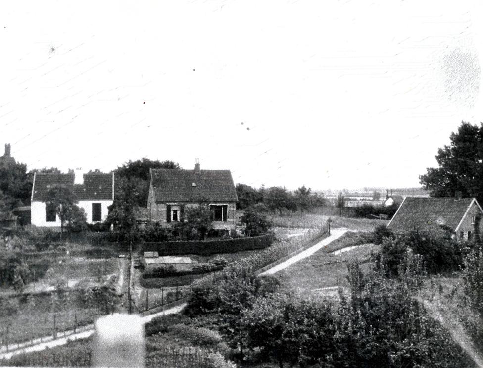 Het Zweiersdal nabij de plek van de latere Dam. Het Zweierspad loopt van de Fangmanweg naar de Weverstraat. Links de twee huisjes die nog staan tussen Villa Grada en de Dam. Rechts de boerderij van Gerritsen die werd afgebroken bij de aanleg van de Dam in de jaren `30 van de twintigste eeuw.