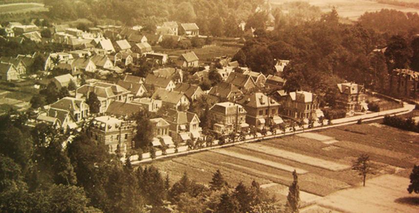 Op deze foto zien we de dienstwoning van Voorink links van de school aan de Paasberg.