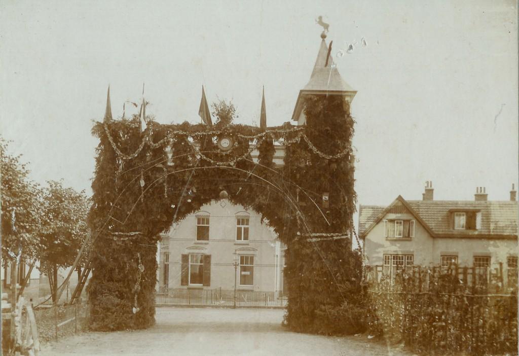 Ereboog bij het huis van de familie Jansen op 13 juli 1913 t.g.v. de onafhankelijkheidsfeesten.