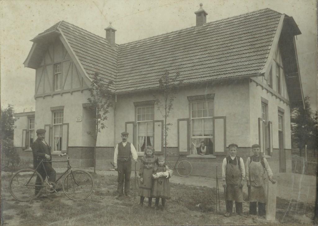 Het huis op de oosthoek van de Molenweg/Emmastraat waarin rond 1910 de familie A.J. Jansen woonde.