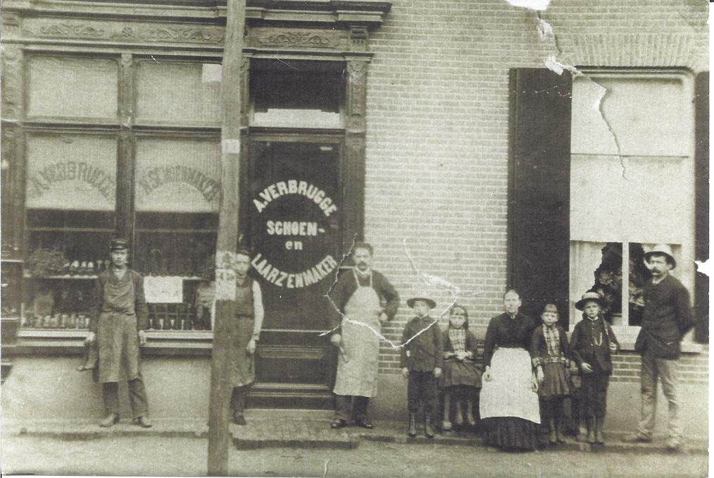 De winkel van schoen- en laarzenmaker A. Verbrugge met zijn familie voor het pand. Foto rond 1890.