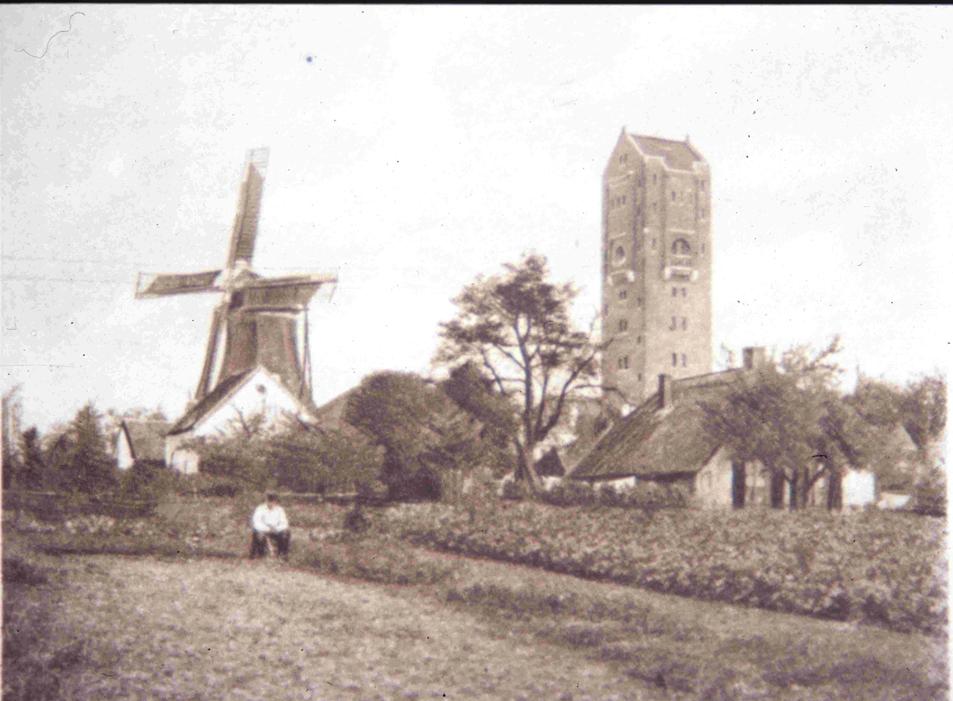 De akker ten zuiden van de molen nabij de Emmastraat, hier nog onbebouwd.