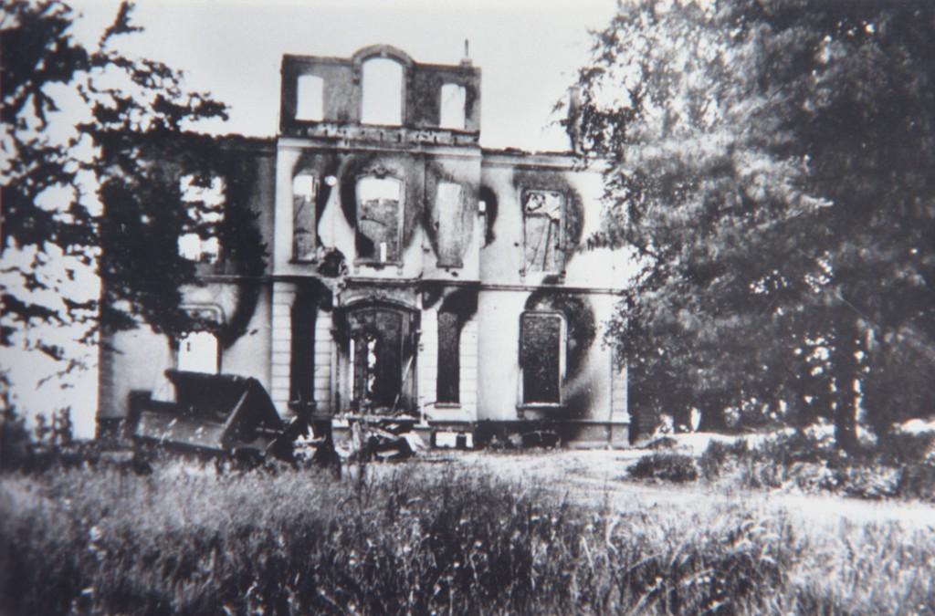 De restanten van het gemeentehuis na WOII.