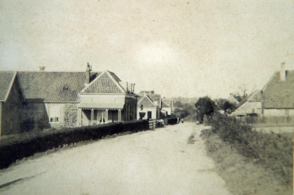 Het pand van bakker Schildering op nummer 82 met aan de overzijde de ingang van het Engelenpad.