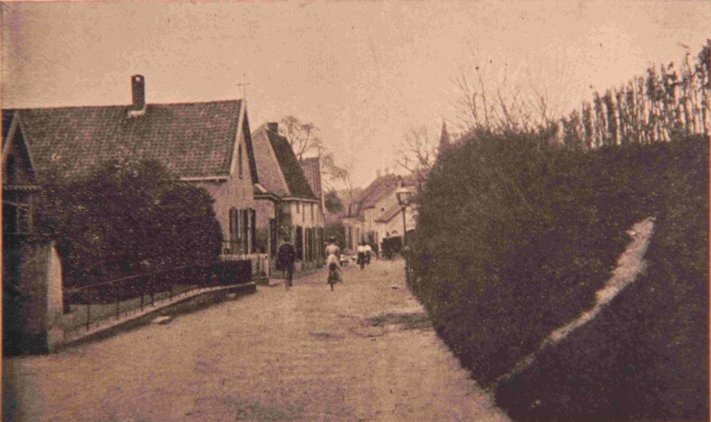 """Gaat men iets voorbij de """"Gelderse Blom"""" op de Benedendorpsweg staan dan krijgt men bovenstaand straatbeeld."""