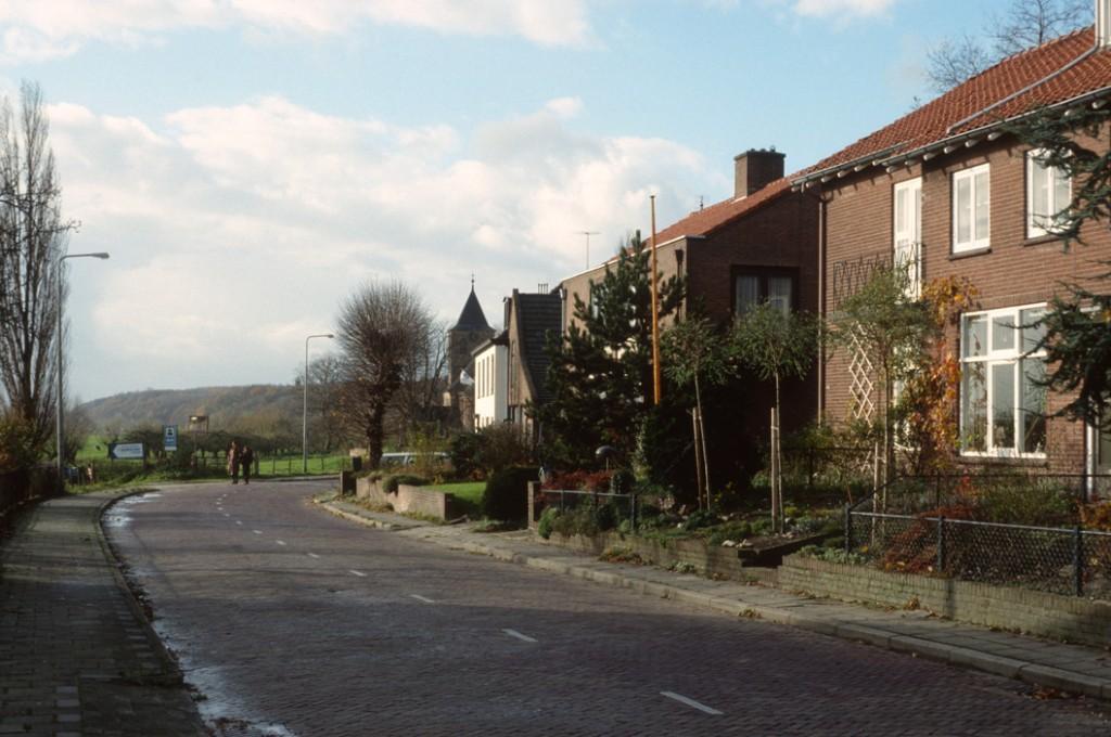 """Een foto uit 1990 die de situatie ter plekke van """"De Ploeg"""" en """"De Parre"""" weergeeft. Achter de bocht de voormalige smederij van Breman."""