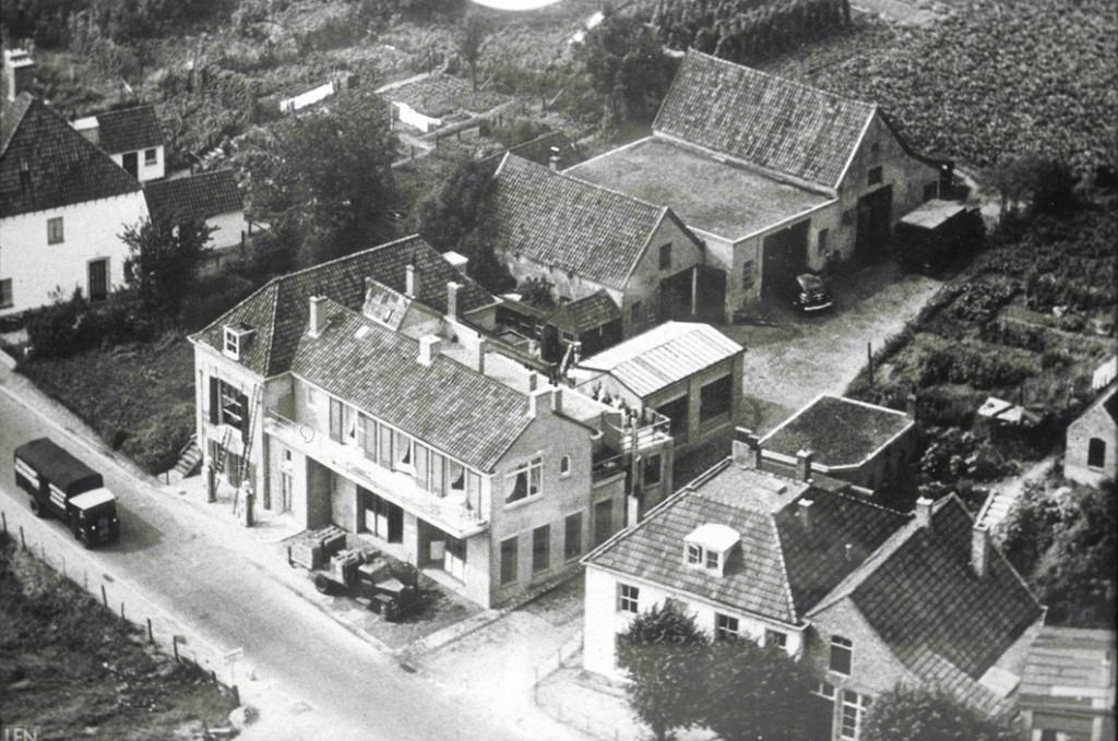 Het meest rechtse pand op deze foto uit 1952 is de smedrij van Breman. Links de garage Klaassen.