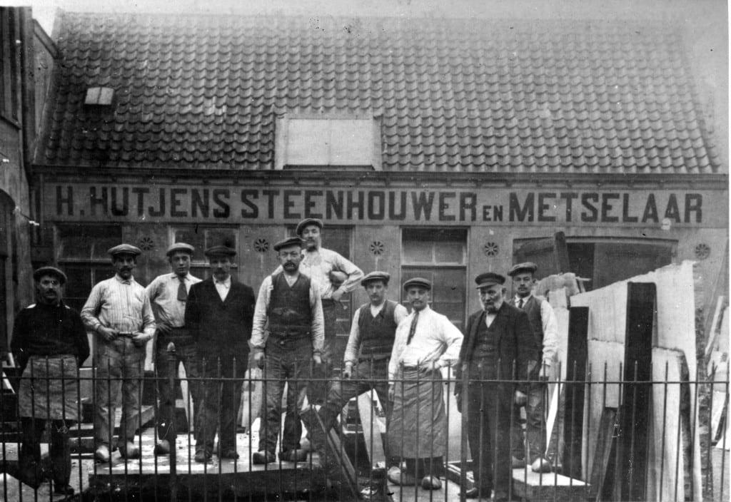 Voor de steenhouwerij poseert H. Hutjens (geheel rechts) met zijn personeel.