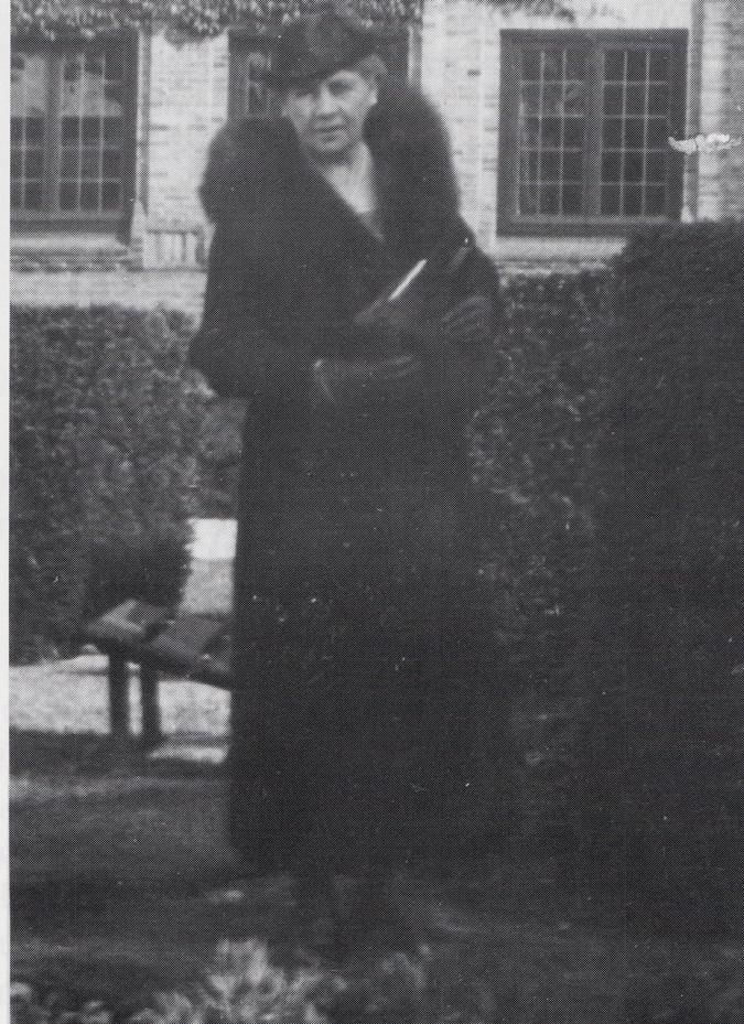 """Pauline de Bruijn- van Lede voor de villa """"Dreijerheide."""