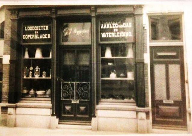 De voorzijde van het pand van G. J. Weggelaar met zijn winkel.