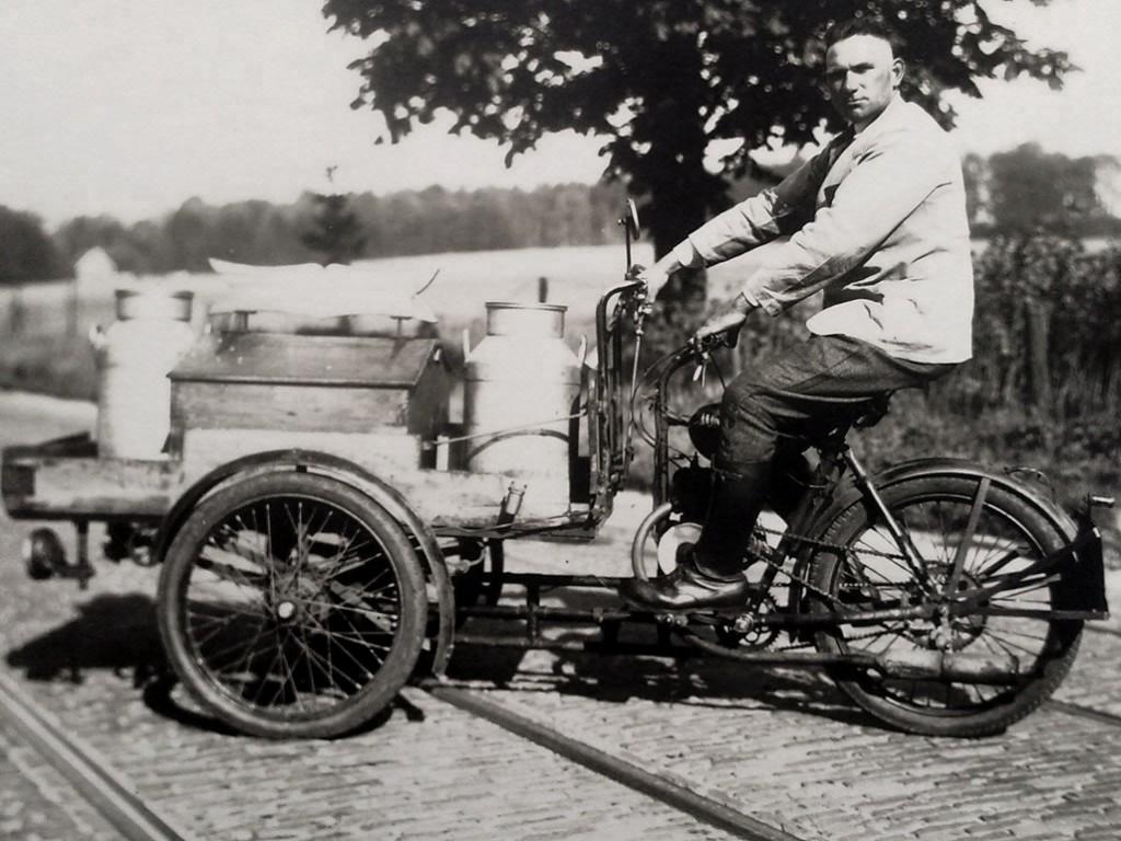 Melkslijter H.W. Bolck met melkkar voor Mariëndaal 2. Fot rond 1948.
