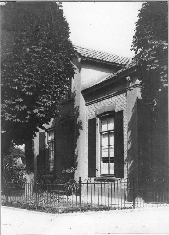 Het woonhuis van meester Voorink, gelegen aan de noordzijde naast de school.