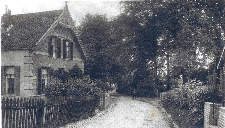 """Op dezelfde plek een nog meer lommerrijke omgeving met de oprijlaan naar de villa van Van Delden. Links """"Komatipoort""""."""