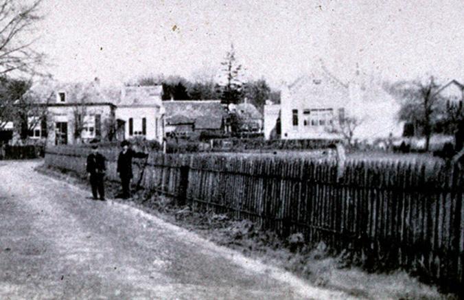 """Op het midden van de foto, links naast de """"Klompenschool"""" de boerderij van De Graas."""