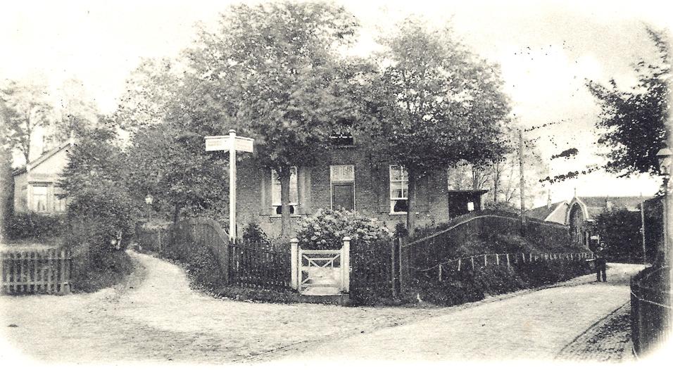 Hoek Weverstraat/ Van Eeghenweg/Jagerskamp. Rechts op de achtergrond de bakkerij van Van Hattum en de boerderij van Van Lingen. Links op de Jagerskamp een huis dat stond op de plek van de huidige Jagerskamp 26. Het huis werd in 1926 vervangen door het huidige. In het midden van de foto het nog bestaande Jagerskamp 28 dat toch enigszins van aanzien is veranderd.