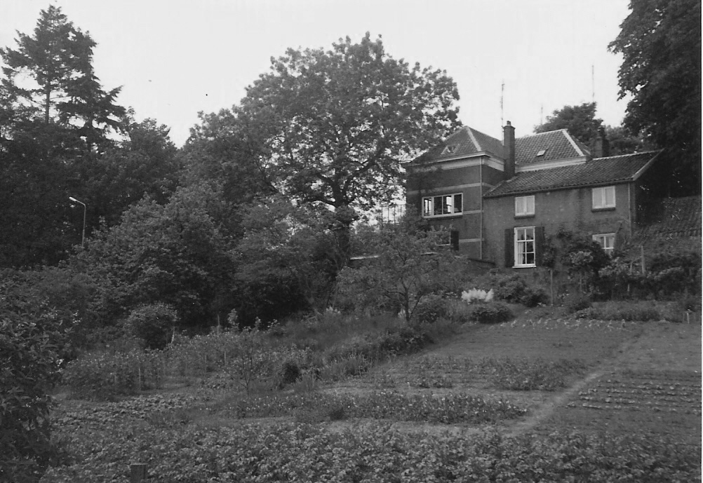 """De villa werd rond 1870 gebouwd. Daarvoor stond er een twee onder eeeen kap waarin aan de zuidzijde de kunstenaressen Maria Vos en Adriana Haanen woonden en aan de noordzijde de dirigent E. Schramm. De tweeslag had de naam """"Witobene"""". In 1886 vergroot de aannemer Steven van Burk het pand sterk, maar handhaaft het zich ter hoogte van de noordelijke gevel bevinden deel van de oude tweeslag. Van 1918 totn 1935 woont in de villa de hoofdcommies van het Rijksarchief W. G. Ross er. In 1942 vestigt zich er Albert Kettelarij (violist, dirigent/ 1900-1993) aanvankelijk met zijn eerste vrouw de zangeres Else Kettelarij en vanaf 1952 met zijn tweede echtgenote jkvr. Jifke de Vaynes van Brakell Buys."""