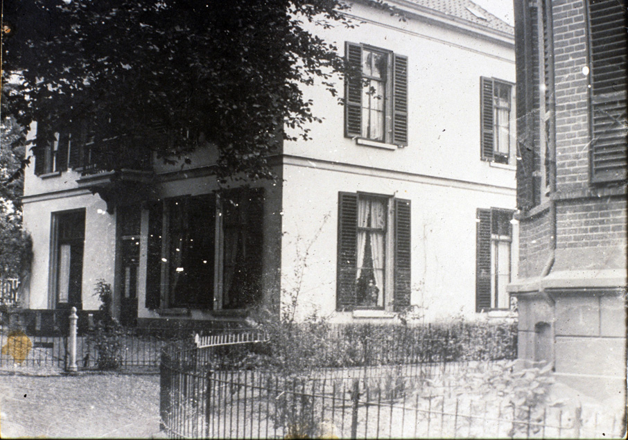 """De villa """"Vredelust"""" gezien vanaf de Weverstraat met rechts de Fangmanweg."""