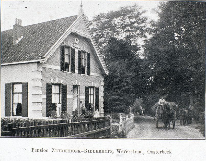 """Pension """"Zuiderhoek- Ridderhoff"""" met rechts een paard en wagen komend vanaf de ingang van de villa van de A. J. van Delden, gelegen in Den Eng, nabij de huidige Bildersweg. Vanaf 1916 werd de villa bewoond door de W. E. Voûte. Aannemelijk lijkt dat het van Deldenpad niet is genoemd naar Jan van Delden die belangen had op Dreijen, maar naar de bewoner van deze villa, A. J. van Delden."""
