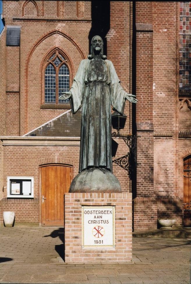 Het Christusbeeld op zijn huidige plek, links voor de ingang van de St. Bernulphuskerk.