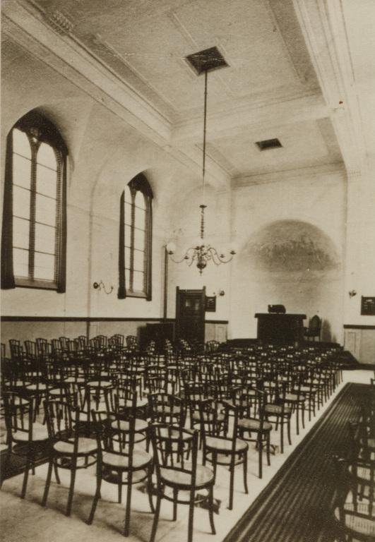 Interieur van de Remonstrantse kerk met de  Weense stoelen. Foto van voor 1909.