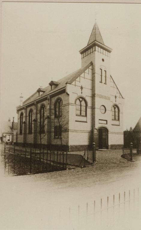 Remonstrantse kerk met fraai toegangshek aan de Wilhelminastraat.