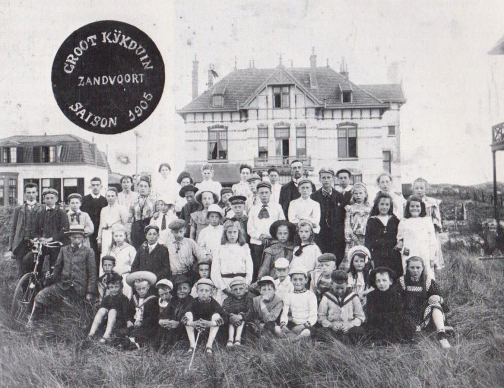 Mauk Escher, vooraan zittend tweede van links, in zijn matrozenpakje te Zandvoort Foto collectie Gemeentemuseum Den Haag