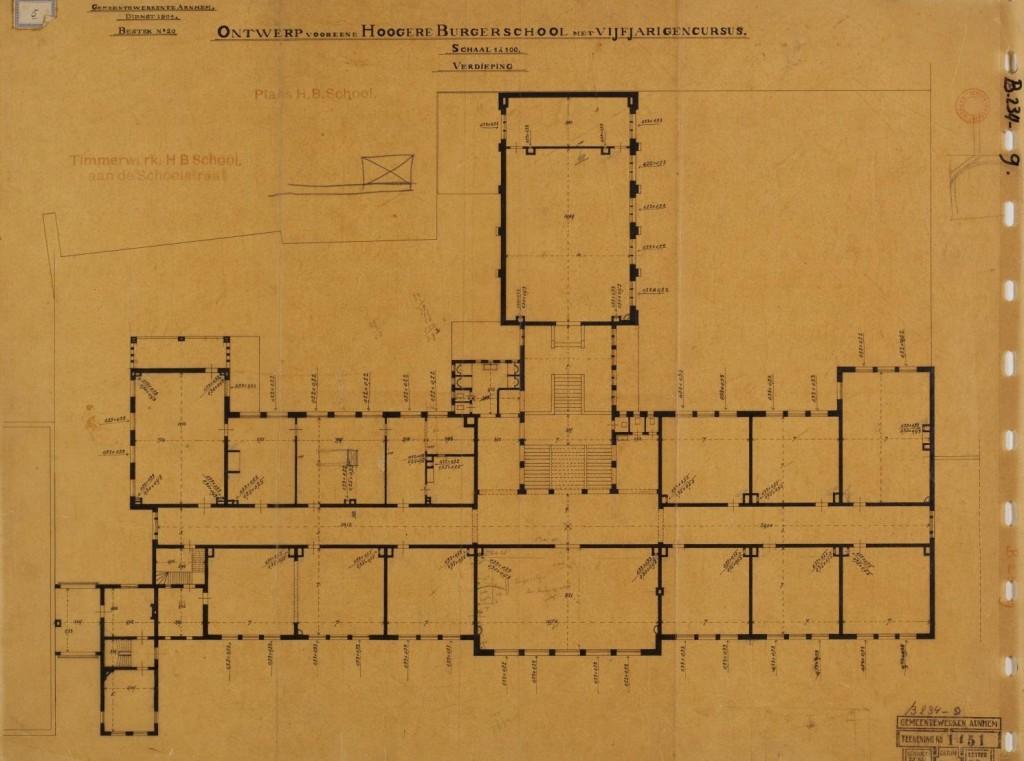 Ontwerp van G. Versteeg voor het gebouw der Gemeentelijke HBS Arnhem in de Schoolstraat , verdieping met trappartij en boven het tekenlokaal van F.W. van der Haagen. Foto, collectie Gelders Archief