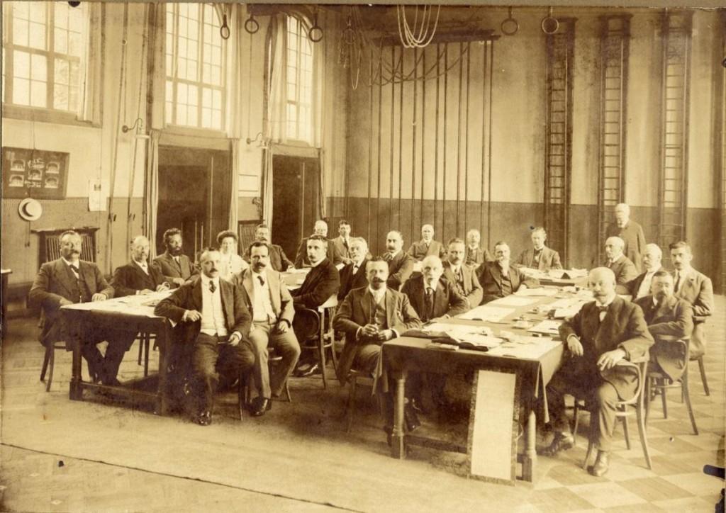 Vergadering van leraren in de gymzaal van de HBS aan de Schoolstraat op 13 juli 1915