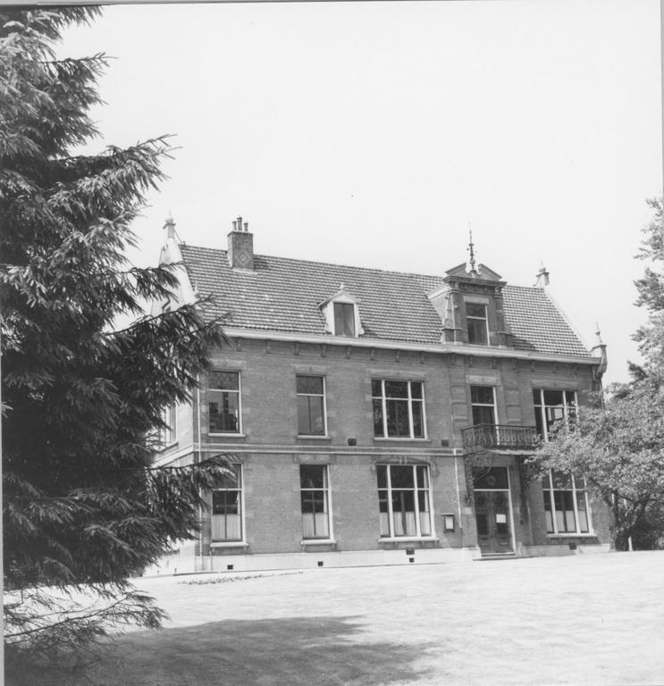 """Het gemeentehuis """"De Dennenkamp"""", na WOII."""