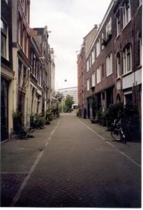 De Schippersstraat te Amsterdam. Rechts de plek waar het geboortehuis van Maria Vos stond.