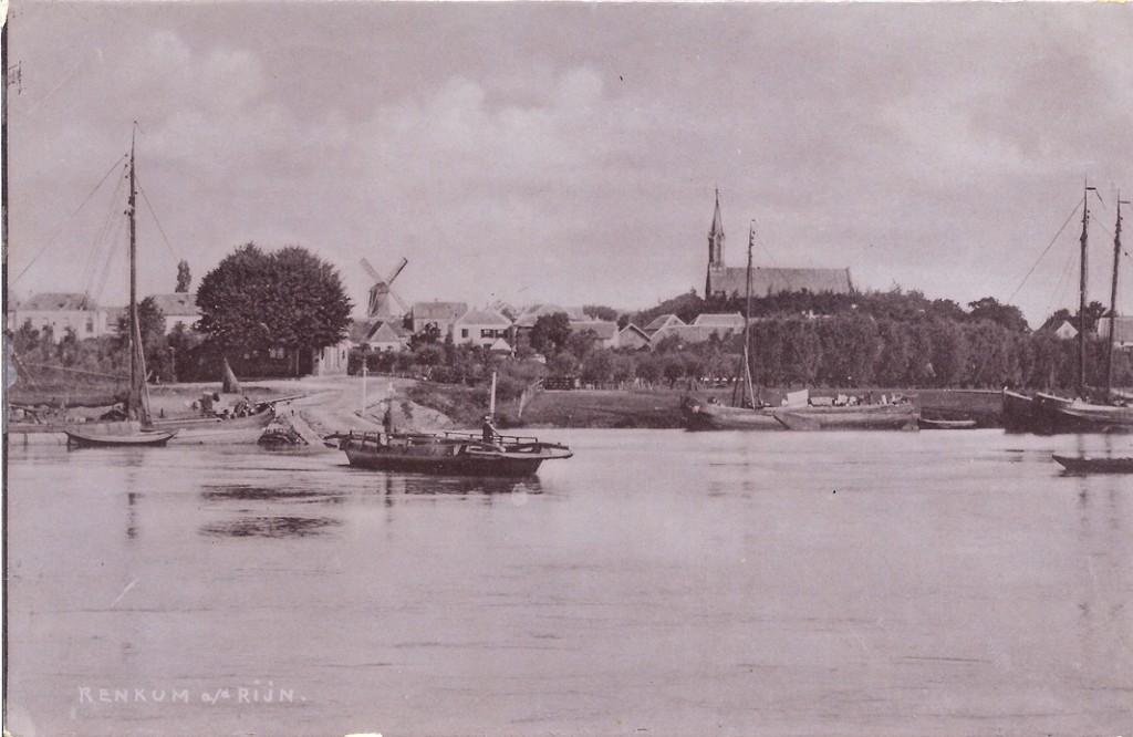 Zicht vanaf de zuidoever van de Rijn bij het veer. Op de linker helft, op de achtergrond, de achterzijden van de panden ter hoogte van het kruispunt Dorpsstraat Veerweg.