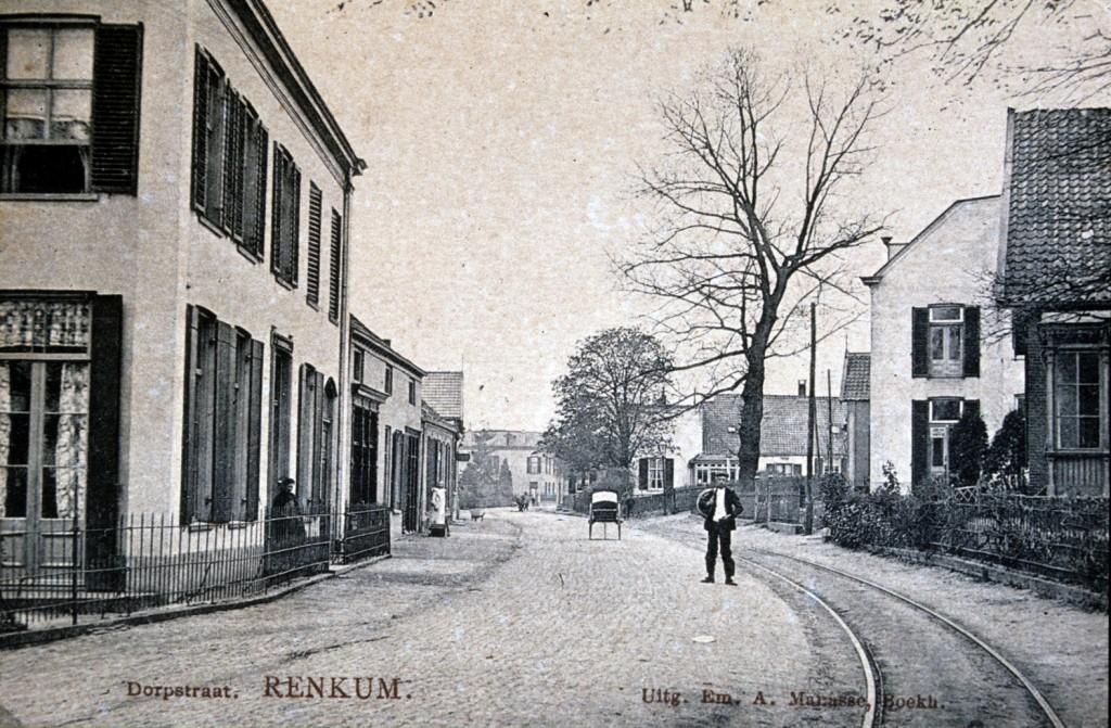 """Vanuit een iets oostelijker standpunt zicht op de plek (achter de Iep in de voortuin van """"Gelria"""") waar het postkantoor zou verschijnen. Daarvoor de witte gevel van """"Frisia"""". Links de in 1866 gebouwde villa van J. P. Bloem, later in eigendom van de industrieel M. Mijnlieff."""