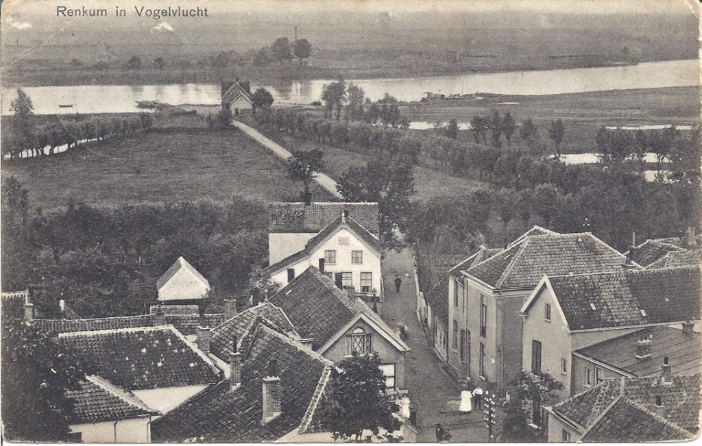 """Het kruispunt Dorpsstraat/ Kerkstraat/ Veerweg met midden-onder de herberg van Potman. Rechts daarvan """"Hotel Verwaaijen"""" met daaronder (aan de noordzijde van de Dorpsstraat) de winkel van A. Kroon in manufacturen."""