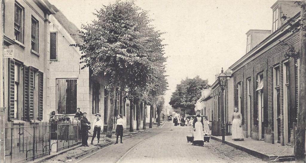 Hoek Dorpsstraat / Leeuwenstraat. Links, aan het begin van de Leeuwenstraat, is nog net het Leeuwtje zichtbaar.