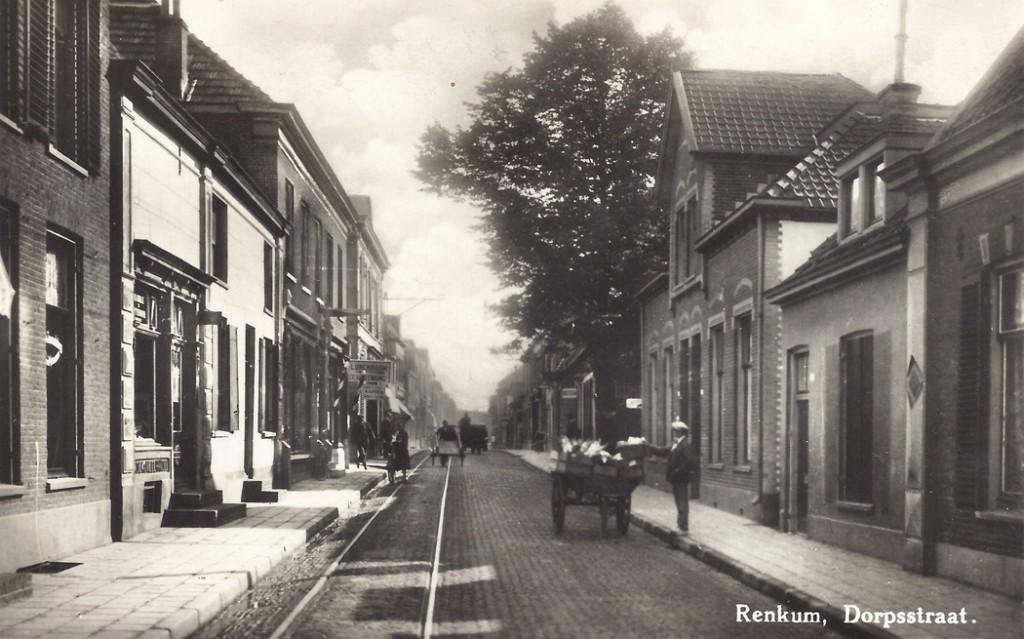 Een foto van de Dorpsstraat met vooraan rechts de woning van aannemer Van Scherrenburg (108), dan het overgebleven woonhuis van het boerderijtje (106), waarna de panden 104 en 102 (gebouwd in 1911) en tenslotte bij de grote lindeboom de melksalon van Scheffer.