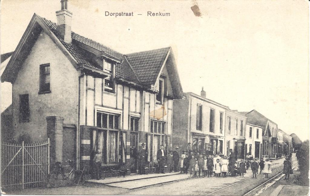 """Het voormalige, eerste, postkantoor in de Dorpsstraat. ca 1880. Daarachter de """"Renkumse bazar"""" van A. Noppen,slagerij Burgers en horlogemaker Gemming. Daarachter, op de hoek van de Veerweg herbergier Panman en het aan de overzijde (westhoek) gelegen hotel Verwaaijen."""