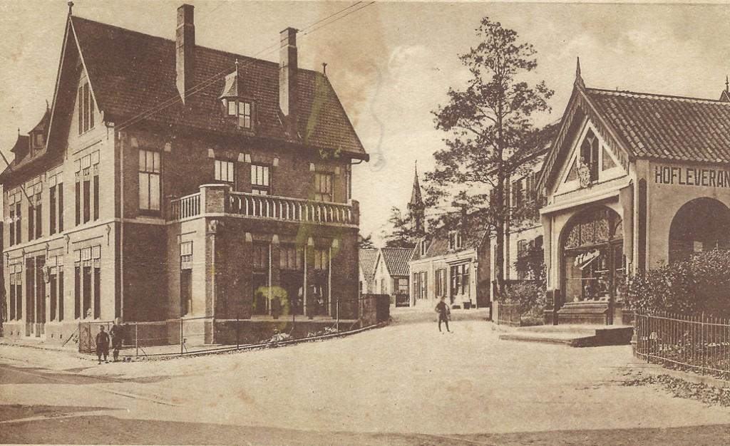 """Zicht op de hoek Dorpsstraat/Achterdorpsstraat na de bouw van het postkantoor. Het eerste pand rechts dat van de slagerij van Hendrik van Kranen, met daarachter het voormalige postkantoor en het pand waarin wagenmaker Jansen zijn bedrijf had. Geheel rechts het hek van """"Gelria""""."""