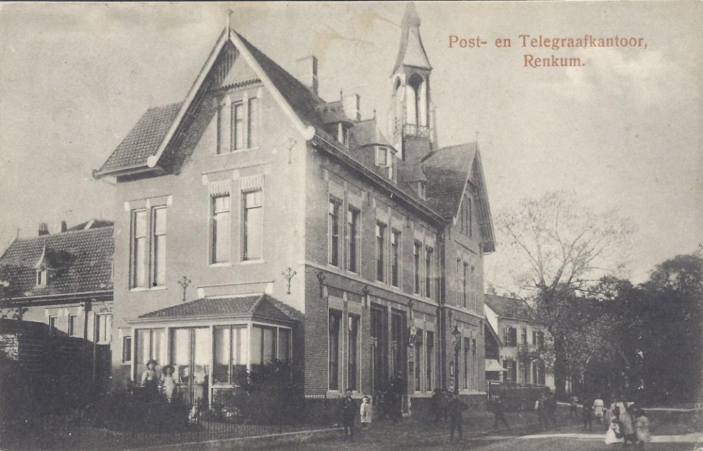 """Het in 1910 gebouwde (derde) postkantoor, op een ansichtkaart welke is verzonden in het jaar 1915. Hier nog geheel compleet met torentje. Wanneer en waarom dit torentje is verdwenen lijkt een raadsel. Daarachter een deel van de slagerij en """"Gelria""""."""