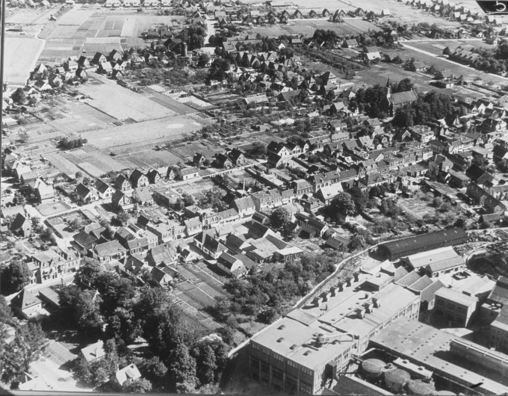 Luchtfoto van de Dorpsstraat en omgeving, 1929. Rechtsonder de Van Gelder Papierfabriek.
