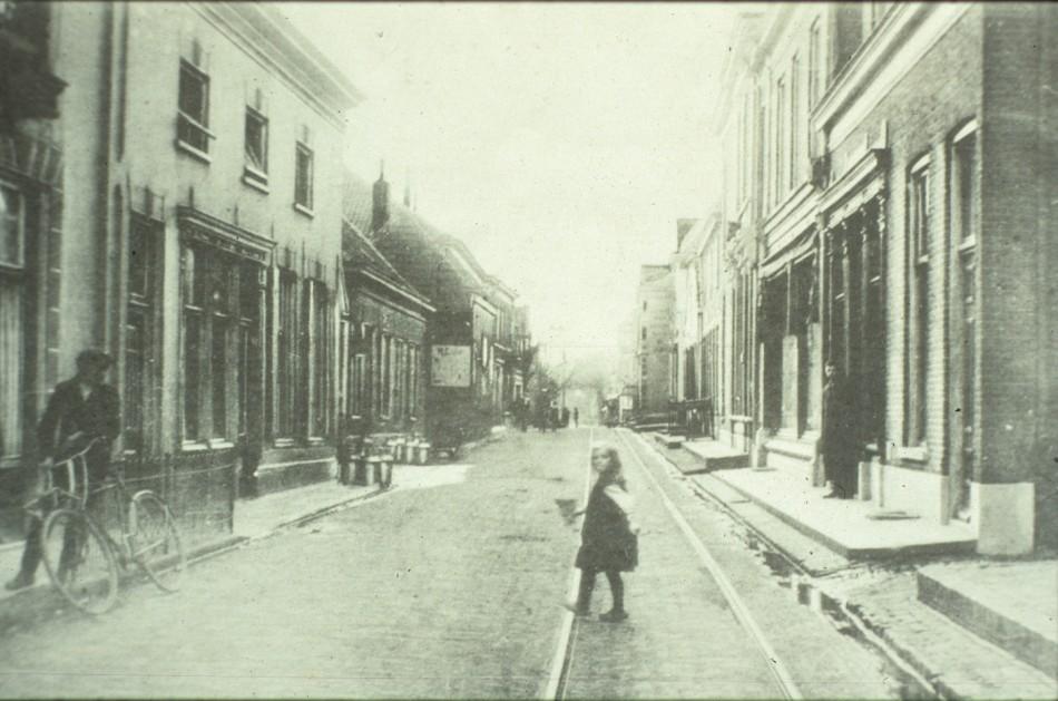 Geheel rechts de ingang van de Trechtersteeg met daarachter manufacturen Bergerfort, slagerij Sternfeld, het pand waarin tussen 1908 en 1912 de familie Beekhuizen woonde met daarachter het pand van de familie Schut. Links de zuivelwinkel van Samual Cohen.